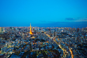 ライトアップされた東京タワーと都心の街並の写真素材 [FYI02268502]