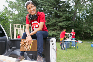 Volunteer with clipboard in truck bedの写真素材 [FYI02268666]
