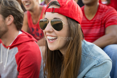 Woman laughing at sporting eventの写真素材 [FYI02268715]