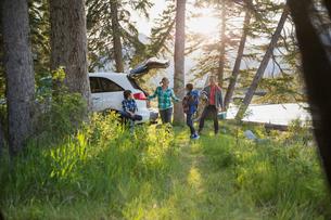 Family unpacking car at campsiteの写真素材 [FYI02268962]
