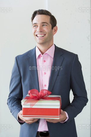 Well-dressed man with Christmas giftの写真素材 [FYI02268981]