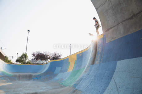Teenage boy on ramp at skateboard parkの写真素材 [FYI02269160]