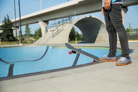 Teenage boys skateboarding at skateboard parkの写真素材 [FYI02269167]