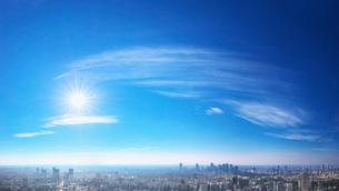 東京の街並みと青空と太陽の写真素材 [FYI02269209]