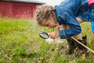 Curious girl with magnifying glassの写真素材 [FYI02269301]