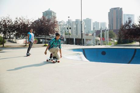 Teenage boys skateboarding at skateboard parkの写真素材 [FYI02269831]