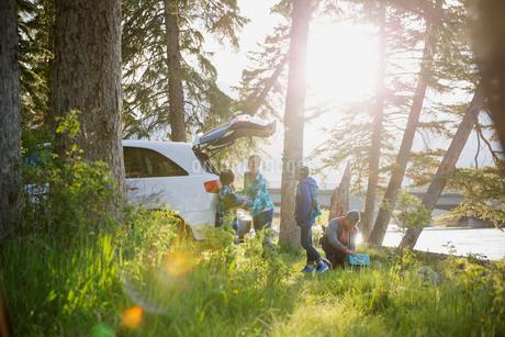Family unpacking car at campsiteの写真素材 [FYI02269838]