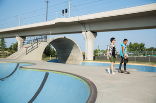 Teenage boys at skateboard parkの写真素材 [FYI02269966]