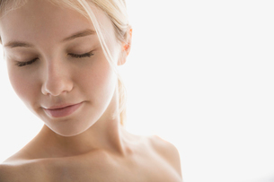Bare chested young blonde woman with eyes closedの写真素材 [FYI02270227]