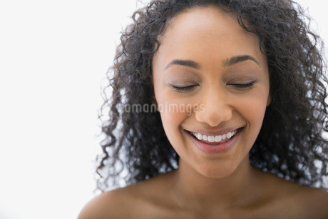 Close up of smiling woman with eyes closedの写真素材 [FYI02270306]