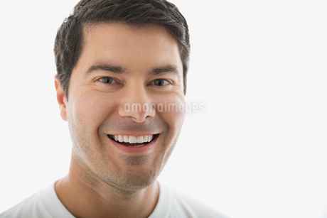 Close up portrait of smiling brunette manの写真素材 [FYI02270307]