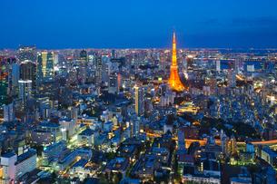 ライトアップされた東京タワーと都心の街並の写真素材 [FYI02270826]
