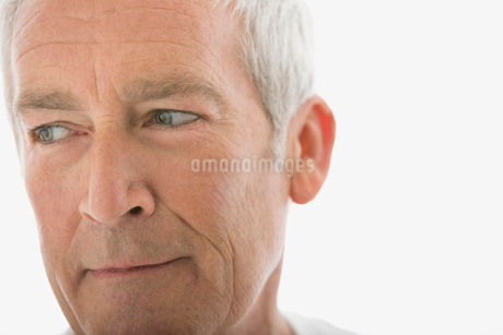Close up of pensive senior man looking awayの写真素材 [FYI02270855]