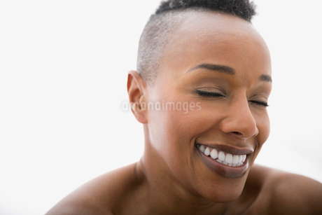 Close up of woman laughing with eyes closedの写真素材 [FYI02270866]