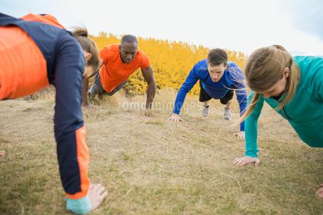 Group doing push-upsの写真素材 [FYI02271151]