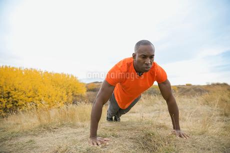 Man doing push-upsの写真素材 [FYI02271248]