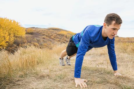 Man doing push-upsの写真素材 [FYI02271698]