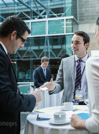 Business people networking at conferenceの写真素材 [FYI02272034]