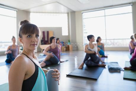 Women practicing seated twist pose in yoga classの写真素材 [FYI02272560]