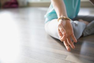 Close up of woman practicing mudra meditationの写真素材 [FYI02272589]