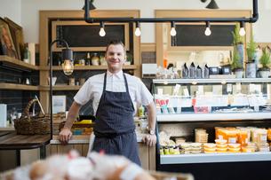 Portrait of confident market owner wearing apronの写真素材 [FYI02273217]