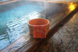 温泉と桶の写真素材 [FYI02273270]