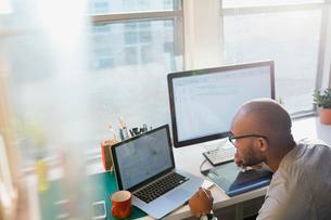 Designer using laptop at office deskの写真素材 [FYI02273453]