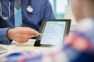 Pediatrician explaining nutrition facts on digital tabletの写真素材 [FYI02273561]
