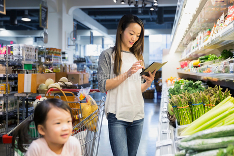 Mother and daughter shopping with digital tabletの写真素材 [FYI02274118]