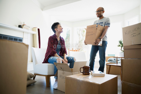 Couple unpacking belongings from moving boxesの写真素材 [FYI02274319]