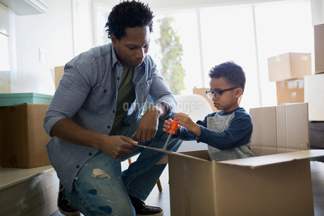 Father and son unpacking moving boxesの写真素材 [FYI02274447]