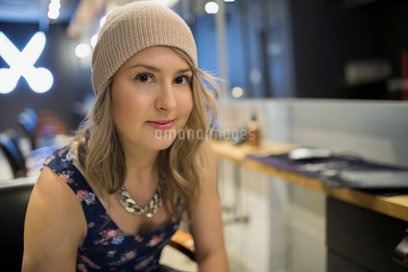 Close up portrait confident hipster hairstylistの写真素材 [FYI02274808]