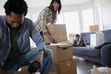 Family unpacking moving boxes in living roomの写真素材 [FYI02274866]