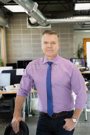 Portrait of confident businessman in officeの写真素材 [FYI02275153]