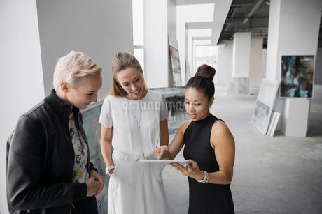 Artist and art dealers using digital tablet galleryの写真素材 [FYI02275383]