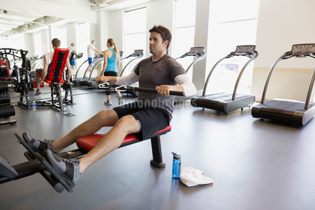 Man doing seated cable row at gymの写真素材 [FYI02275695]