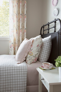 Pastel and gingham pillows on bedの写真素材 [FYI02275707]