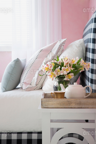Pastel pillows on bed with gingham headboardの写真素材 [FYI02275717]