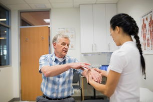 Patient describing wrist pain to physical therapistの写真素材 [FYI02275773]