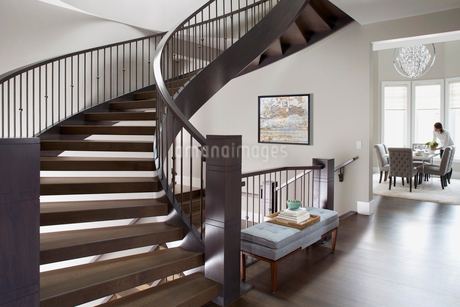 Spiral staircase in elegant homeの写真素材 [FYI02275875]