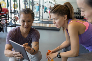 Personal trainer digital tablet talking to women gymの写真素材 [FYI02275915]