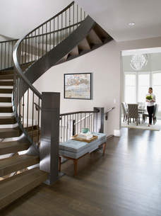Spiral staircase in elegant homeの写真素材 [FYI02276103]