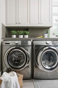 Energy efficient washing machine and dryer laundry roomの写真素材 [FYI02276184]
