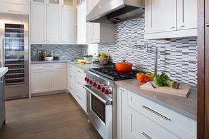 Modern white kitchen with stainless steel rangeの写真素材 [FYI02276254]