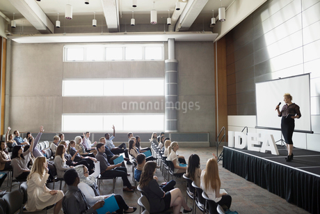 Speaker on stage Idea text answering audience questionsの写真素材 [FYI02276273]