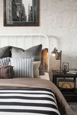 Striped and patterned pillows and blanket on bedの写真素材 [FYI02276294]