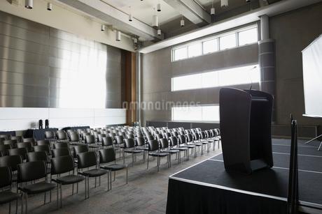 Podium on stage in empty auditoriumの写真素材 [FYI02276395]