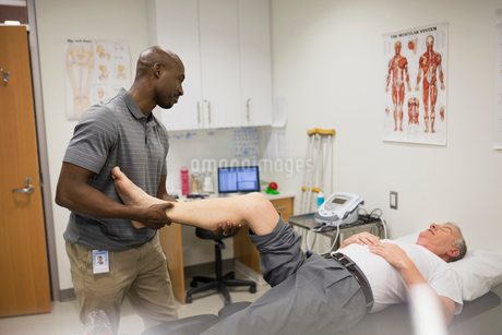 Physical therapist stretching patient legの写真素材 [FYI02276586]