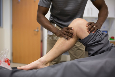 Physical therapist stretching patient kneeの写真素材 [FYI02276610]