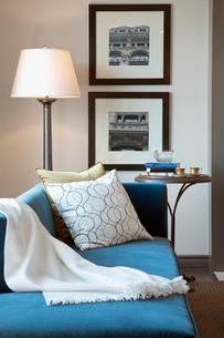 Blue chaise lounge in elegant living roomの写真素材 [FYI02276624]